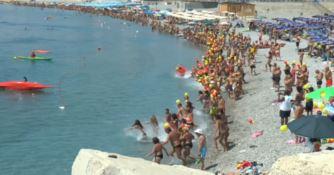 Catanzaro: centinaia di persone in spiaggia per il tuffo collettivo - VIDEO