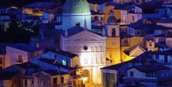 Una veduta notturna di Nocera Terinese