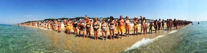 In Calabria il tuffo più lungo del mondo: catena umana di 2,7 km per entrare nel Guinness