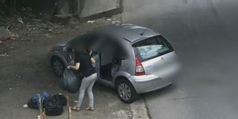 Gettano rifiuti in strada, multa da 450 euro - VIDEO