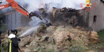 Fienile distrutto da un incendio a Chiaravalle Centrale