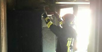 Un vigile del fuoco sul luogo dell'incendio