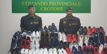 Contraffazione, sequestrate 130 paia di scarpe a Crotone