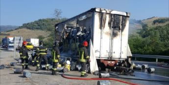 Autotreno in fiamme sulla SS 107 nel Crotonese, nessun ferito