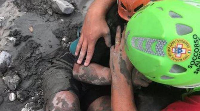 La piccola Chiara abbracciata al suo soccorritore dopo la piena del Raganello