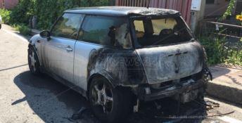 Camini, in fiamme l'auto del sindaco Alfarano: «Amministratori sempre sotto attacco»