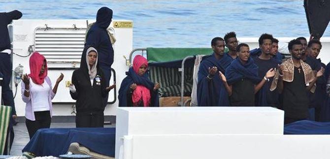 Alcuni migranti sulla nave Diciotti in un momento di preghiera