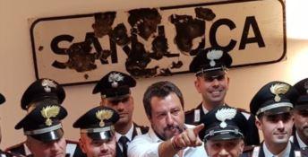 La vecchia targa di San Luca alle spalle del ministro Salvini