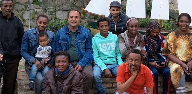 Il sindaco Mimmo Lucano a Riace con un gruppo di migranti
