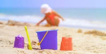 Un bimbo gioca in spiaggia
