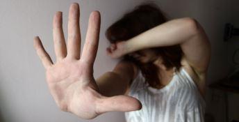 Scaraventa la moglie a terra e la trascina per capelli: arrestato