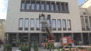 Lastra di marmo si stacca dalla facciata del Comune: paura a Cosenza - VIDEO