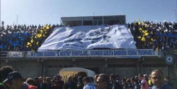 La gigantografia dedicata a Pasquale Sgotto nello stadio comunale di Siderno