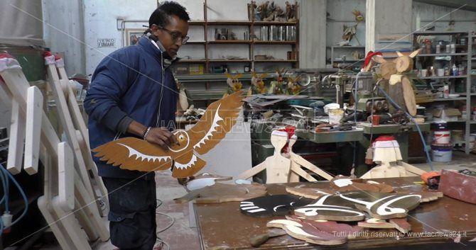 Immigrati al lavoro per realizzare le decorazioni natalizie