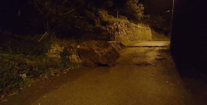 Il masso scivolato sulla strada ad Orsomarso
