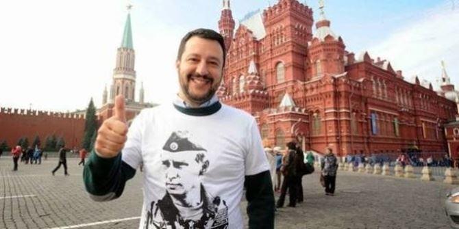 Salvini nella Piazza Rossa con addosso la maglietta con l'effige di Putin