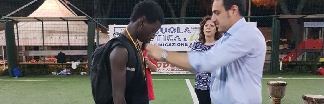 Suruwa Jaithe con il sindaco di Gioiosa Jonica Salvatore Fuda durante una manifestazione sportiva