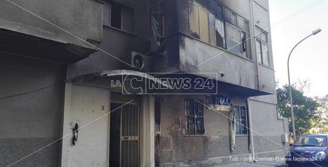 Il palazzo colpito dalle fiamme