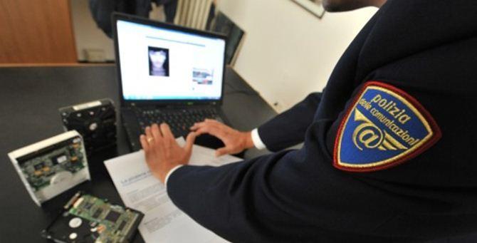 Un agente della polizia delle comunicazioni