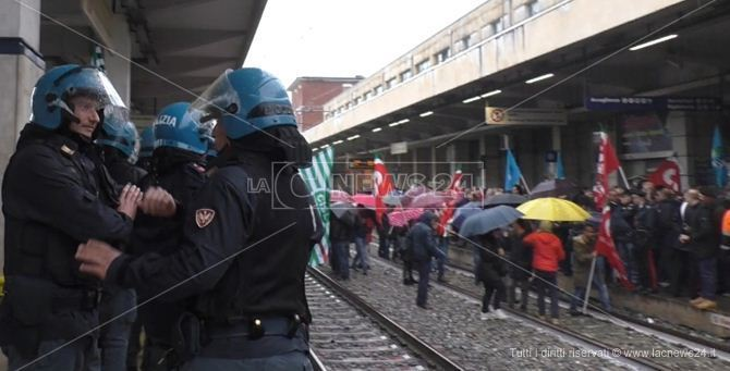 I manifestanti sui binari