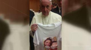 Papa Francesco con la maglietta che ritrae la foto di Stefania e dei suoi bambini
