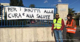 La protesta di papà Cosimo all'Asp