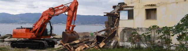 Ruspe in azione per demolire l'immobile
