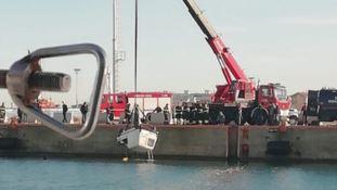 Il recupero del furgone nelle acque del Porto di Schiavonea