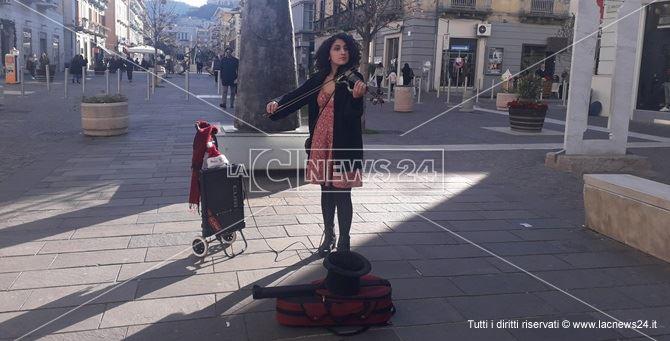 La violinista di strada a Cosenza