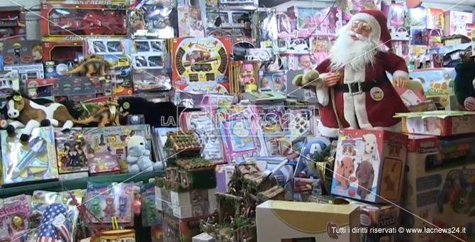 Una bancarella di giocattoli