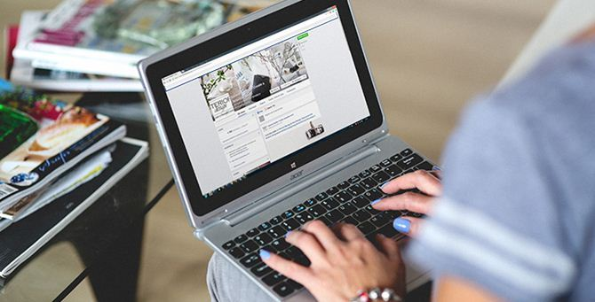 Un utente usa i social