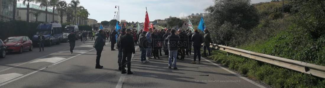 La protesta degli Lsu-Lpu di Amendolara sulla statale 106