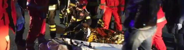I vigili del fuoco mentre soccorrono dei ragazzi feriti