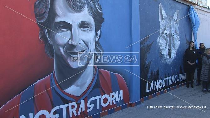 Il ritratto di Bergamini sugli spalti dello stadio San Vito-Marulla