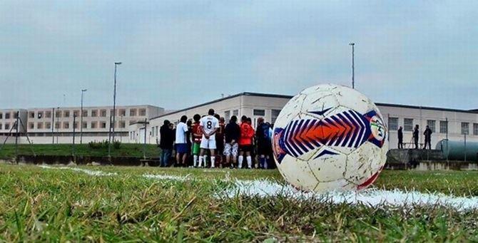 Un pallone su un campo di calcio