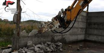Strongoli, demolisce a sue spese il capannone che aveva costruito abusivamente (VIDEO)