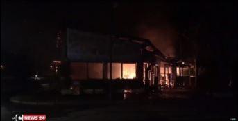 Caulonia, rogo distrugge bar in centro (VIDEO)