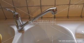 Carenza idrica a Catanzaro, residenti costretti a lavarsi e fare pulizie di notte