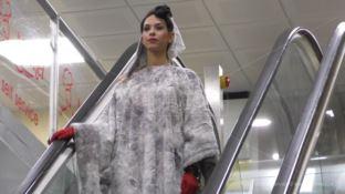 Lamezia, le scale mobili dell'aeroporto si trasformano in passerella (VIDEO)