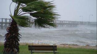 Tempesta di vento: treni fermi, scuole evacuate, linee elettriche danneggiate