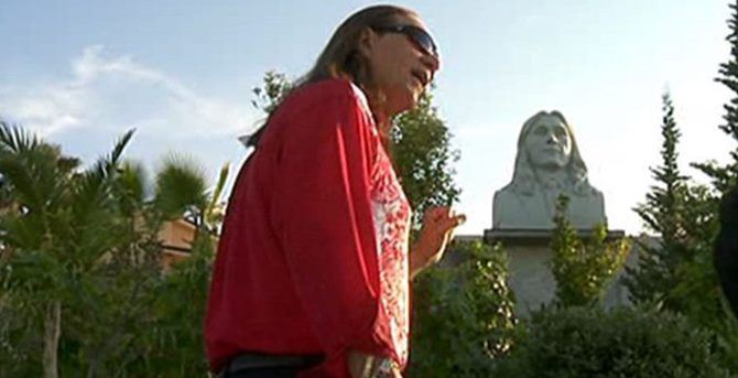 Nicola Flotta e la statua che lo rappresenta nel Castello