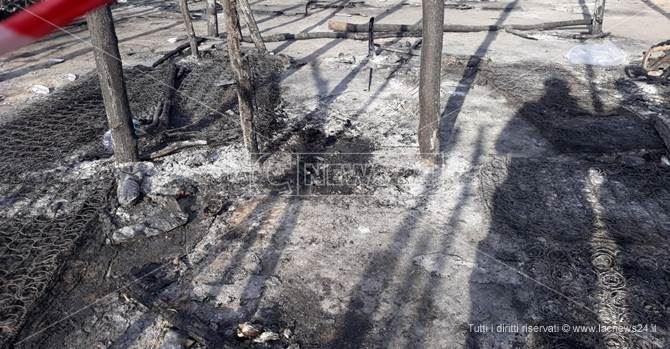 Incendio alla tendopoli