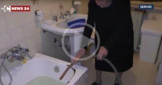 Non ha i soldi per la quota condominiale, anziana privata dell'acqua (VIDEO)