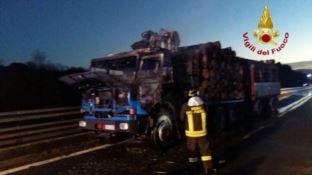 Mezzo pesante in fiamme, traffico in tilt in autostrada tra Altilia e Rogliano