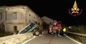 Camion sbanda e sfonda il muro della Statale 106, illesi gli occupanti