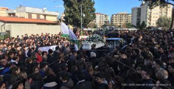 Crotone, in migliaia per l'ultimo saluto a Giuseppe (VIDEO)
