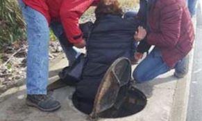 Catanzaro, rimane incastrata in un tombino: salvata dai passanti