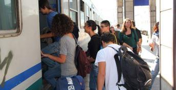 Pendolari salgono su un treno
