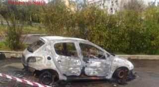 L'auto bruciata sotto la quale è stato trovato il corpo di Antonino Barresi