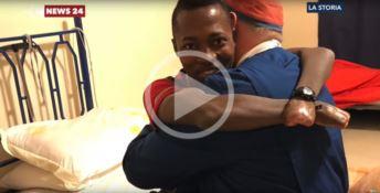 Per colpa degli scafisti ha perso gambe e mani: la vita di Aruona ricomincia in Calabria (VIDEO)